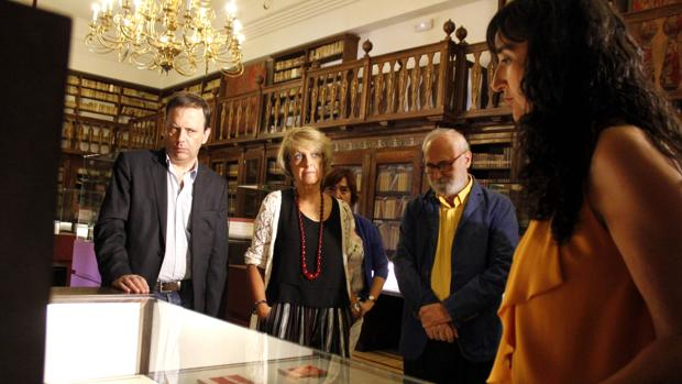 El hijo del dramaturgo, Carlos Buero (1º izq.), ha estado en la inauguración de la muestra