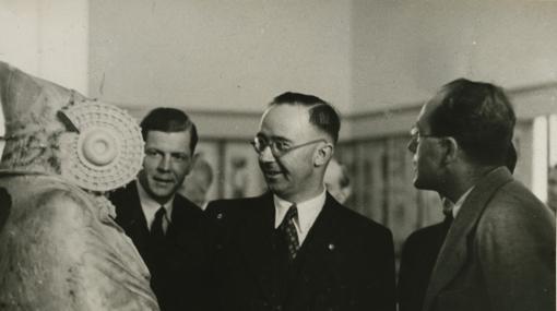 Himmler frente a la Dama de Elche, durante su visita al Museo Arqueológico Nacional