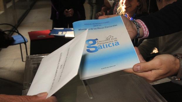 Un hombre ejerciendo este domingo su derecho al voto en las elecciones autonómicas gallegas