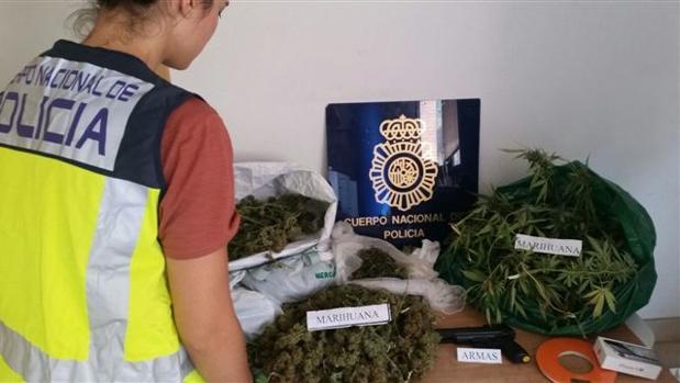 Una agente de la Policía Nacional observa la marihuana intervenida