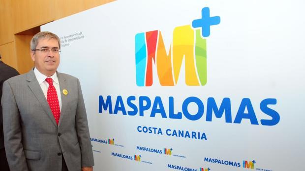 El alcalde Marco Aurelio Pérez con el nuevo logo de Maspalomas, Gran Canaria