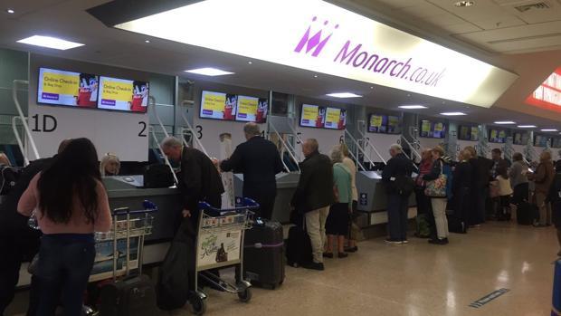 Pasajeros de Monarch este lunes en el aeropuerto de Birmingham, Reino Unido