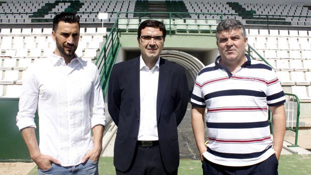 Onésimo Sánchez, a la derecha, junto con el presidente del CD Toledo el día de su presentación