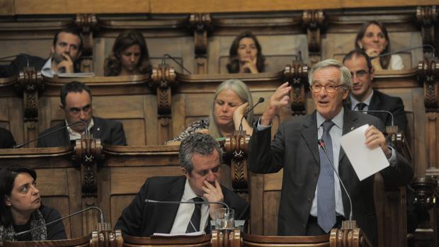 Xavier Trias, (der.), en un pleno municipal; a su lado, Joaquim Frn y Sònia Recasens