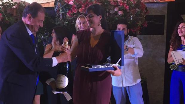 La florista afincada en Tenerife, Yanira Pérez, en el momento de recibir su premio de Interflora