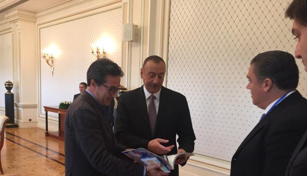 Imagwen de José María Chiquillo con las autoridades de Azerbayán