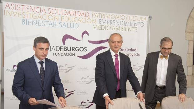 El director de Fundación Caja de Burgos, Rafael Barbero, el presidente de la misma, José María Leal, y el socio de Analistas Financieros Internacionales, José Antonio Herce