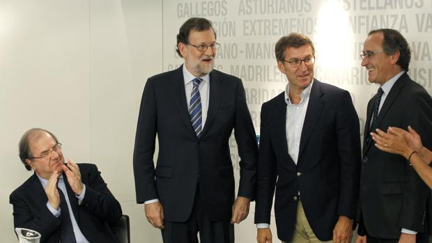 Herrera aplaude a Feijóo y Alonso, en presencia de Rajoy, antes del inicio del Comité Ejecutivo del PP