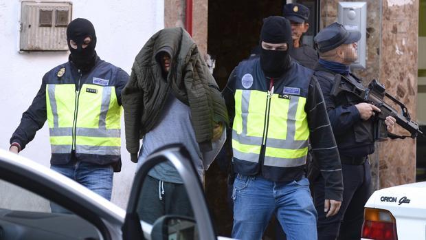 Momento en el que el yihadista detenido abandona su vivienda tras un registro