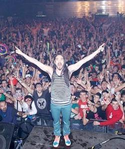 La Policía sospecha que una bengala pudo provocar la avalancha durante la actuación del DJ Steve Aoki