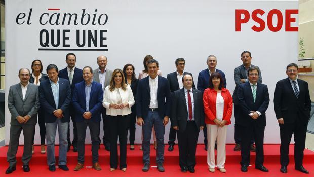 Pedro Sánchez, junto a sus barones, el año pasado