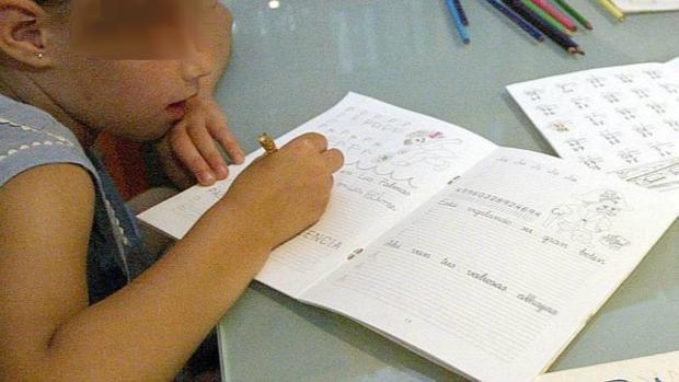 Una menor realiza los deberes del colegio