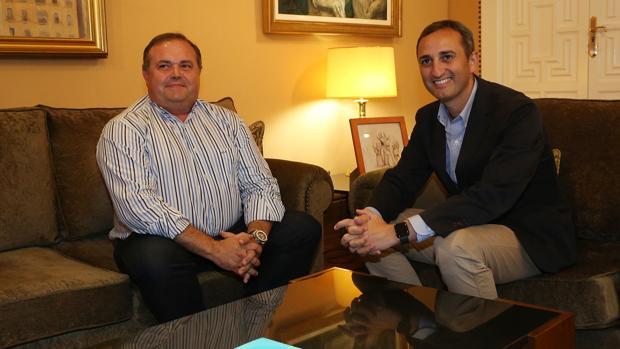 Cristóbal Navarro y César Sánchez, este lunes en la reunión para firmar el acuerdo