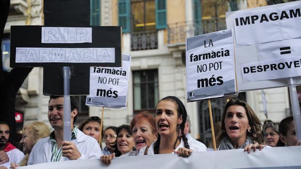 Los farmacéuticos salieron a manifestarse contra los impagos