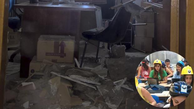 Estado en que quedó el despacho tras desplomarse el techo y alumnos en clase y con casco, por si acaso