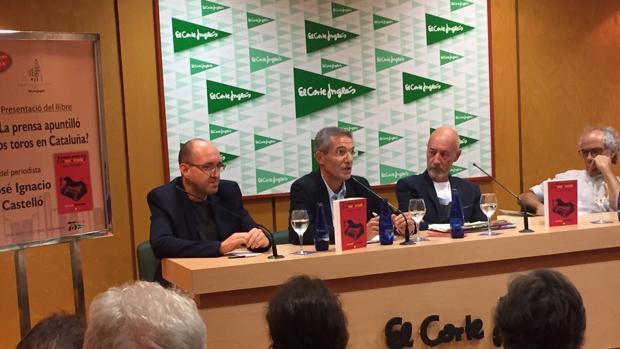 El autor, José Ignacio Castelló, en el centro durante la presentación de su obra