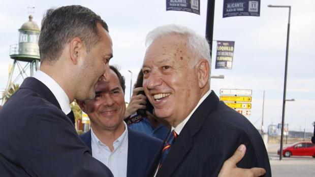 Sánchez y Margallo se saludan, junto al vicepresidente de la Diputación, Carlos Castillo