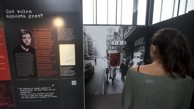 Una visitante pasea por la exposición «Esto me pasó. De torturas y de impunidades (1960-1978)»