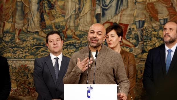 José García Molina habla delante de Page, en una imagen de archivo