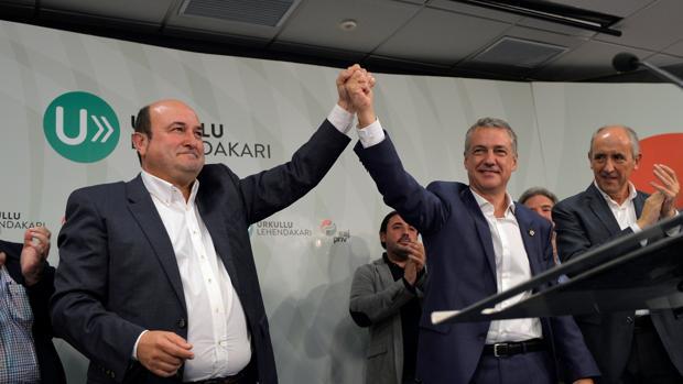 Andoni Ortuzar, a la derecha, junto a Íñigo Urkullu en la sede del PNV el pasado domingo 25 de septiembre