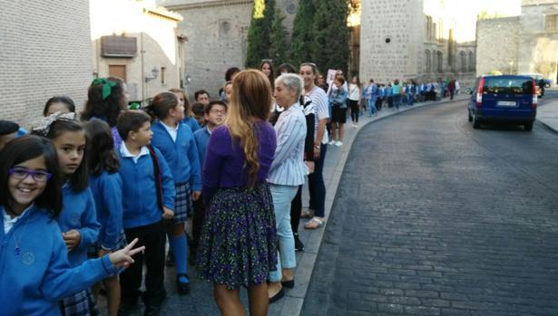 Escolares de camino a la catedral
