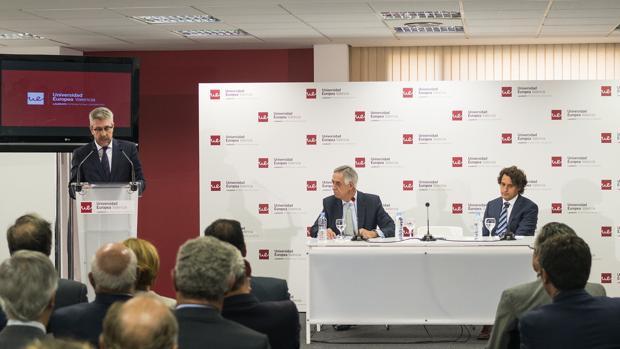 El rector interviene, junto a Olleros y José Remohí, presidente del Consejo Asesor, en la apertura del curso
