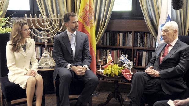 Los Reyes con Simon Peres en abril de 2011, durante una visita a Israel cuando aún eran Príncipes de Asturias