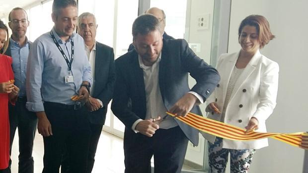 El consejero del Gobierno aragonés, José Luis Soro, cortando la cinta inaugural en presencia, entre otros, de la alcaldesa de Teruel, Emma Buj