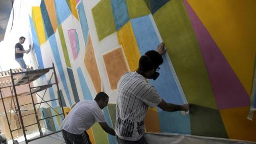 Los artistas trabajando en el Mercado de San Agustín
