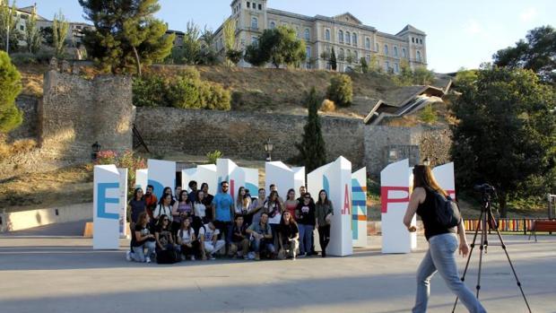 El grupo de artistas que han montado la obra posan en el Paseo de Recaredo
