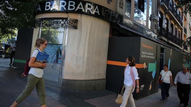 La cervecería Santa Bárbara, en el inicio de las reformas, con la tapia de Orange