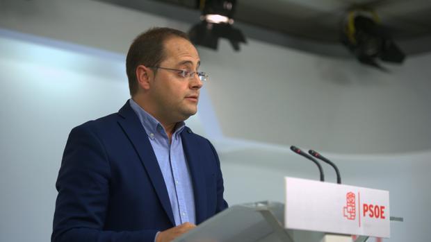 El secretario de Organización del PSOE, César Luena, tras conocer los resultados del 25-S