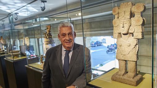 Jordi Clos, junto a una de las piezas de la exposición