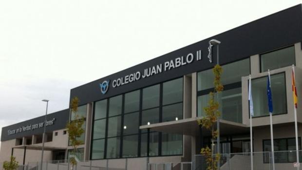 La fachada del colegio Juan Pablo II de Alcorcón