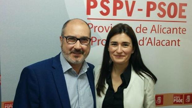 López Arenas, con una compañera en un acto del PSOE, en una imagen de su página de Facebook