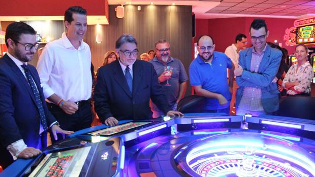 Alfaro, segundo por la izquierda, sonriente durante la inauguración de la sala de apuestas deportivas