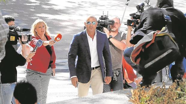 Miguel Ángel Flores, ayer por la mañana, a su llegada a la Audiencia Provincial de Madrid, donde recogió la sentencia condenatoria