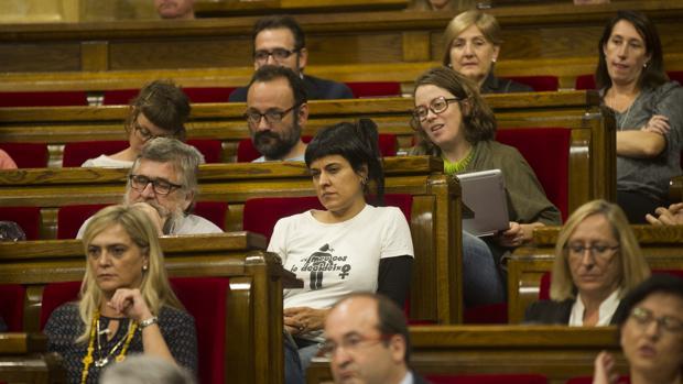 Los diputados de la CUP, durante el discurso de Puigdemont