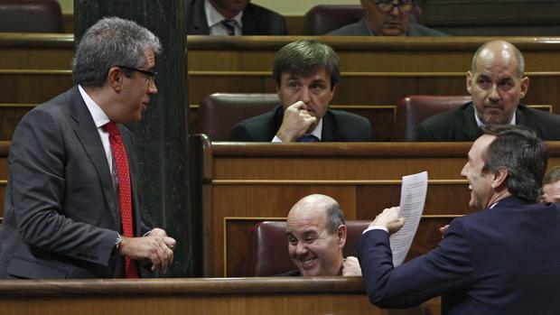 Francesc Homs, portavoz de PDC en el Congreso, charla con Rafael Hernando portavoz del PP