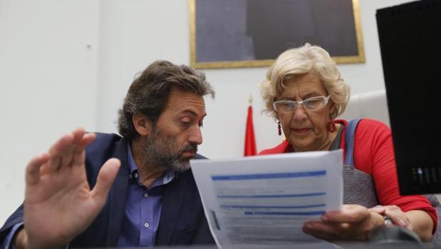 La alcaldesa de Madrid, Manuela Carmena, con el concejal Mauricio Valiente