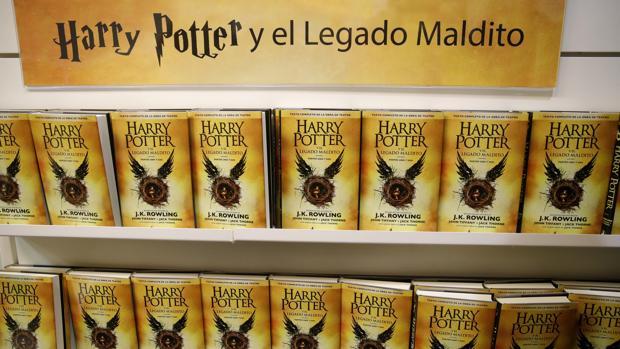 Primeros ejemplares de la octava entrega de la saga Harry Potter, «Harry Potter y el legado maldito»