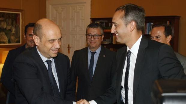 Echávarri y Sánchez, en la firma del acuerdo para urbanizar la Vía Verde entre Alicante y la EUIPO