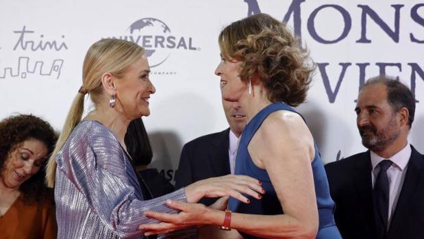 Cristina Cifuentes saluda a Sigourney Weaver en la presentación de «Un monstruo viene a verme»