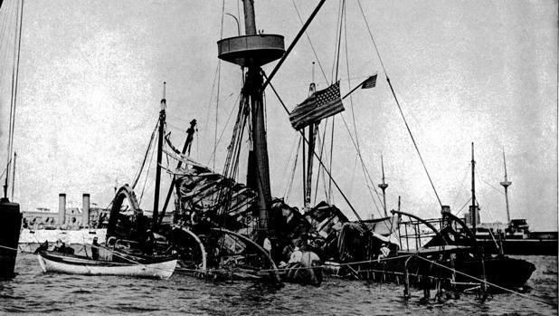Fotografía del acorazado de la marina de los Estados Unidos Maine tomada en 1898