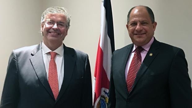 Cornet (izq.) con el presidente de la República de Costa Rica, Luis Guillermo Solís