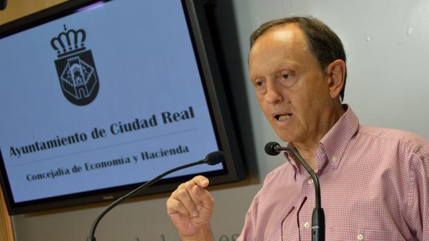 El concejal de Hacienda y Economía, Nicolás Clavero, durante la presentación de los cambios