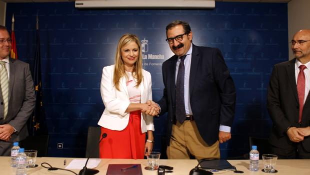 La consejera de Fomento y el de Sanidad han firmado el convenio de colaboración