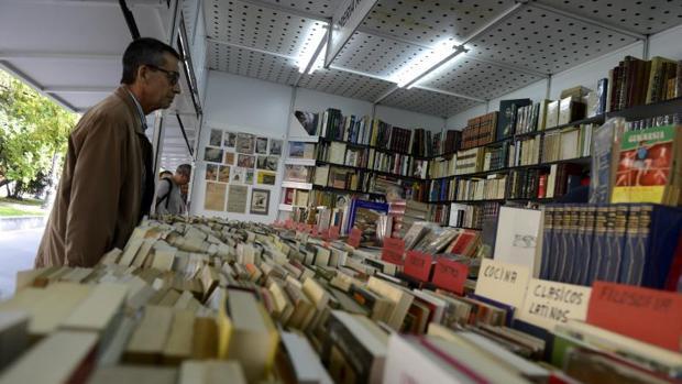 Un paseo con Cervantes y Shakespeare por la Feria del Libro Antiguo de Madrid