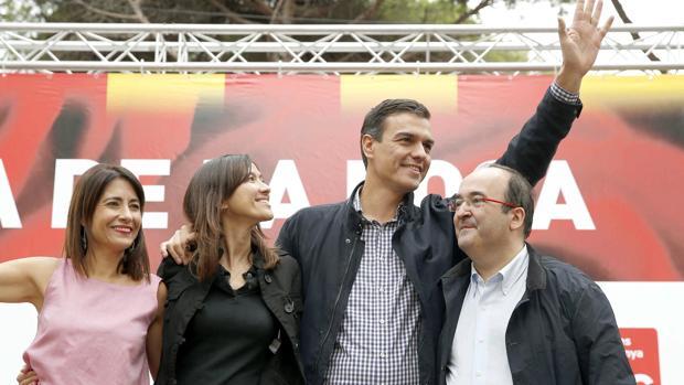 Pedro Sánchez, entre Núria Palon y Miquel Iceta, el pasado sábado