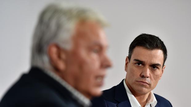 Sánchez observa a González, durante un acto públlioo